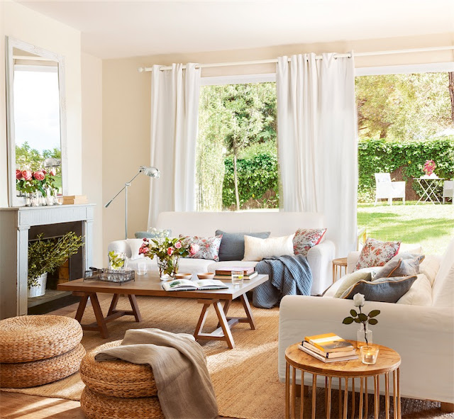 salon con puf y alfombra de fibra natrual chicanddeco