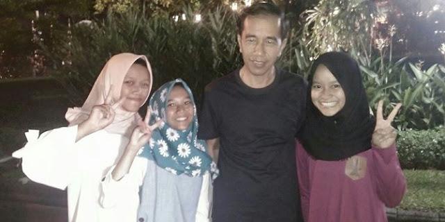 Tiga Gadis Ini Masih Tak Percaya, Awal Tahun Bisa Foto Bareng Jokowi dan Boleh Menginap di Gedung Agung....