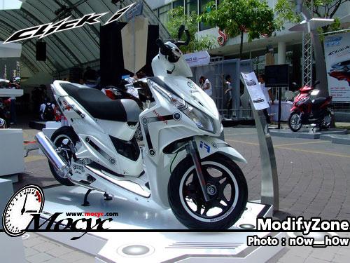 Foto Gambar Modifikasi Honda Vario didominasi warna putih yang terlihat bersih dan menawan serta mengubah knalpot menjadi racing mengcustom jok