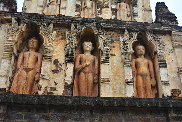 Détail des Bouddhas du chedi Mahabol.