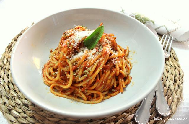 Espaguetis en salsa de pimientos rojos. Julia y sus recetas