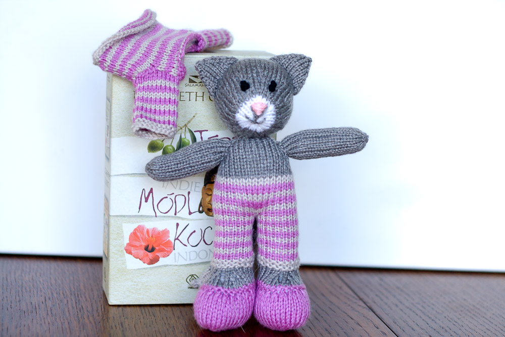 handmade knitted cat tabitha