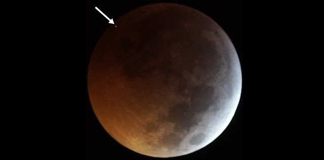 The flash from the impact of the meteorite on the eclipsed Moon, seen as the dot at top left (indicated by the arrow), as recorded by two of the telescopes operating in the framework of the MIDAS Survey from Sevilla (Spain) on 2019 January 21. Credit: J. M. Madiedo / MIDAS