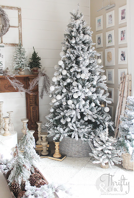 Farmhouse Christmas living room decor. Christmas tree ideas. Christmas mantel decor. Easy christmas decor. White Christmas decor.