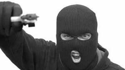 Resultado de imagem para bandidos armados de revólver em uma motocicleta