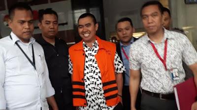 Abah Anton tetap dengan gayanya yaitu tersenyum walaupun telah memakai rompi oranye (makassar.tribunnews.com)