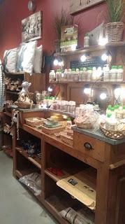 il y a également une boutique avec pas mal de produits découverte ,  comme toute unegamme beauté et soin au lait d'ânesse