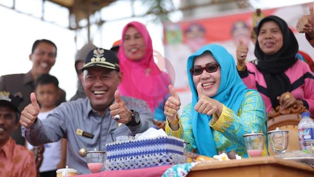 Hadiri Pawai HUT RI di Rimbo Bujang, Lihat Ekspresi Sukandar-Syahlan Disini