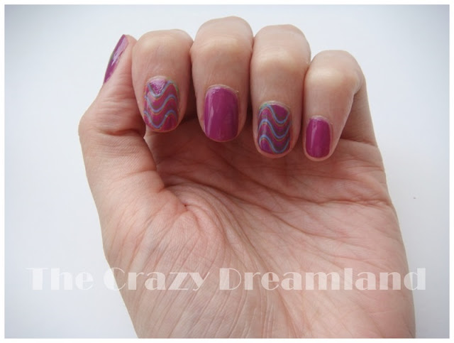 wavy stripes nails