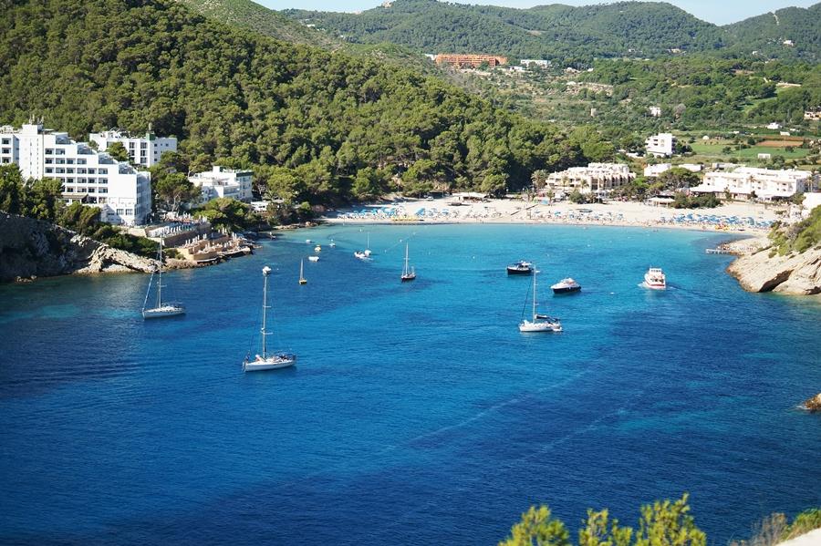 Blog + Fotografie by it's me fim.works - La Isla Blanca Ibiza, Cala Llonga, Bucht mit klarem Wasser