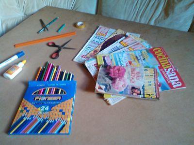 Revistas para reciclar y útiles sobre mesa de trabajo