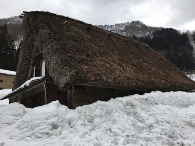 五箇山 雪に埋もれた家