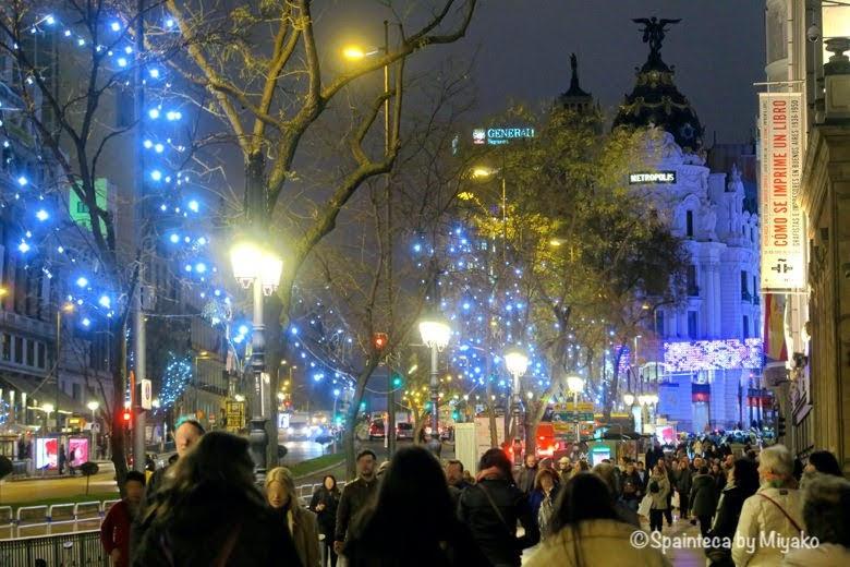クリスマスのイルミネーションが美しいマドリードの街角