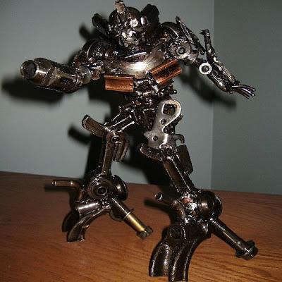 Robot hecho con desechos reciclados metálicos