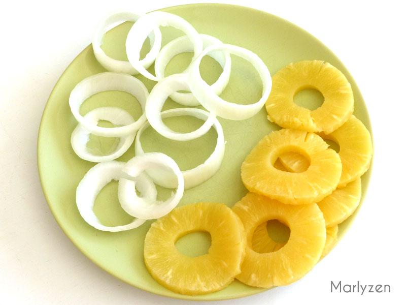 Rondelles d'oignon et tranches d'ananas.