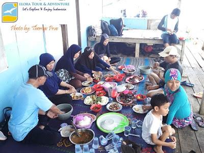 Makan siang di Pulau Pahawang Besar elora tour & adventure