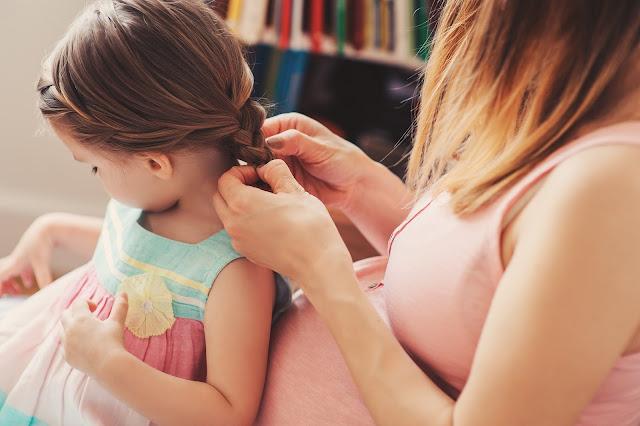 momenti madre e figlia giocare a parrucchiera foto mamma e figlia festa della mamma mother's day rapporti madre e figlia