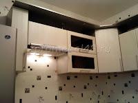 кухня со шкафами разной высоты