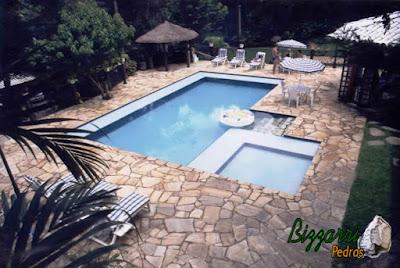 Execução da construção da piscina em alvenaria com o revestimento de azulejo com o piso de pedra São Tomé com execução do quiosque de piaçava e a execução da churrasqueira com execução do paisagismo.