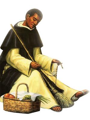 San Marton de Porres con la escoba en una mano y el rosarios en la otra