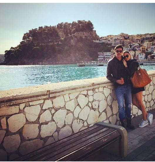 Στην Πάργα, ο διάσημος Τούρκος ηθοποιός, Μπουράκ Χακί παρέα με την όμορφη σύντροφο του από την Ηγουμενίτσα