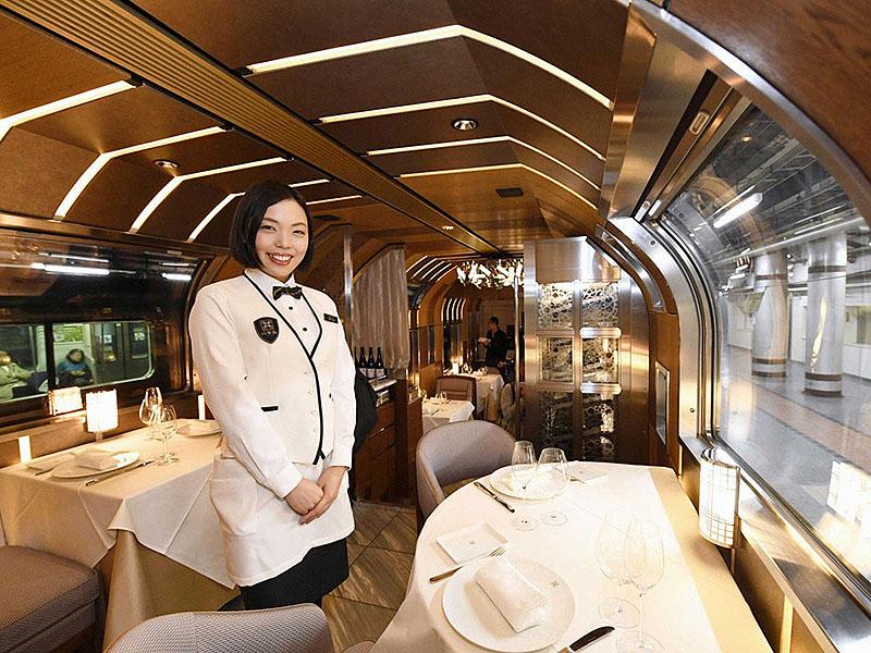 Японский поезд Shiki-Shima