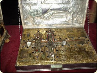 Σταυροθήκη με τεμάχιο Τιμίου Ξύλου και άλλα λείψανα. Αποθησαυρίζεται στην Ιερά Μονή Βατοπεδίου Αγίου Όρους. http://leipsanothiki.blogspot.be/
