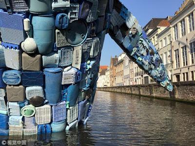 obra de arte ballena hecha de plastico