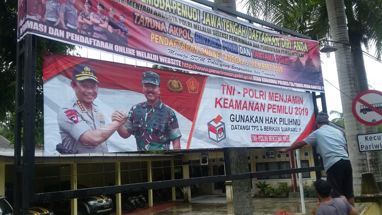 Jelang Pemilu, Polres Kebumen Serentak Pasang Spanduk Ajak Warga Tak Golput