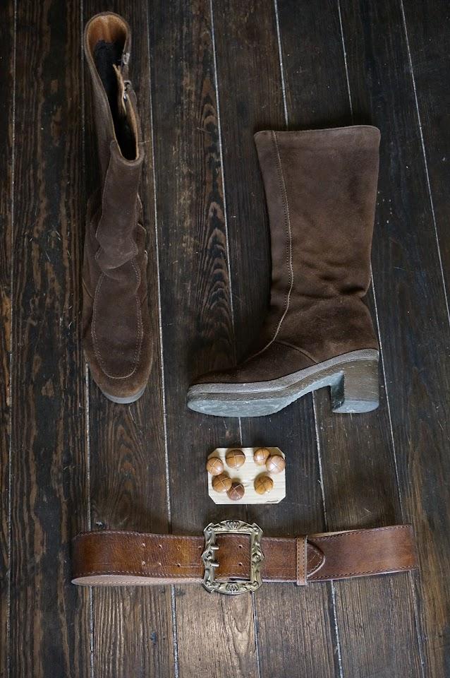 des bottes fourrées des années 70 , une ceinture et des boutons en cuir   70s lined suede boots , 1970s leather belt , leather buttons