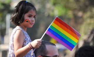 Médicos denunciam que ativistas de esquerda estão recrutando e manipulando crianças para que se identifiquem transgênero