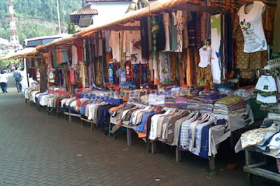 Telaga sarangan yang terletak  di kaki lereng Gunung Lawu di Kabupaten Magetan  Jawa Timur Wisata Belanja Murah Di Kios Lisa, Telaga Sarangan