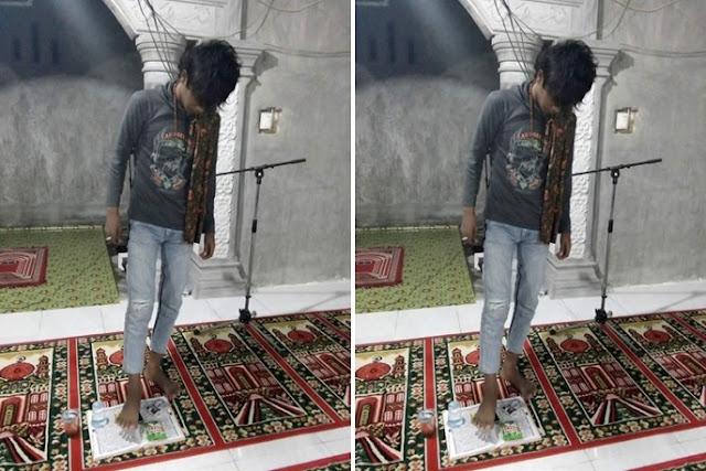 Pemuda ini injak Al Quran