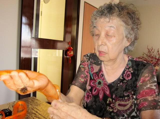 making cny tangerine crafts by singapore granny
