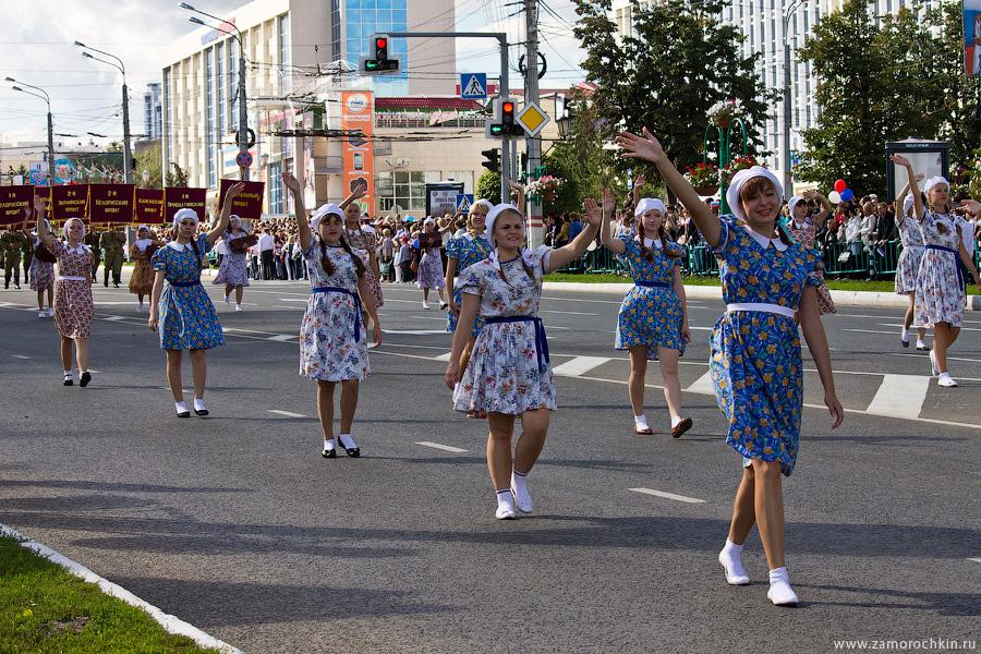 Девушки в платьях довоенного времени. Театрализованное шествие Все мы - Россия