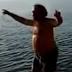 Viral: Επικό ζεϊμπέκικο στη θάλασσα (video)