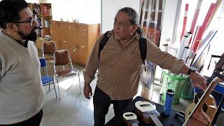 Juan Flores y el luthier Claudio Rojas ( ANTILKO)