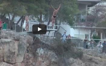 Εντυπωσίασαν οι ακροβατικές καταδύσεις στο Cliff Diving του Αγίου Νικολάου [video]