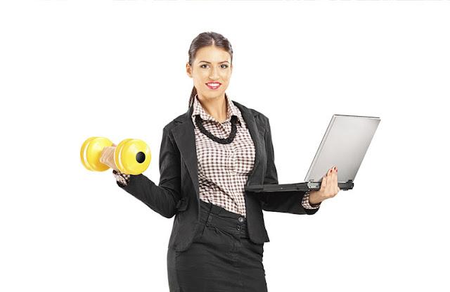 mulher ocupada trabalha e se exercita ao mesmo tempo