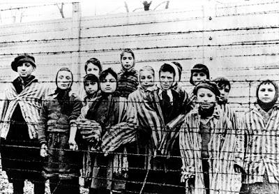 Niños en el Campo de Concentración de Auschwitz, Polonia. https://todaslassombras.blogspot.mx/2016/08/por-que-eva-kor-perdono-los-asesinos-de.html