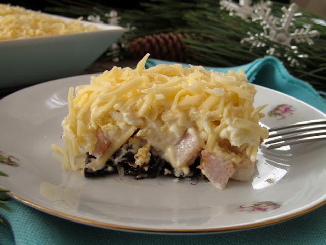 Вкусный салат с куриной грудкой и черносливом