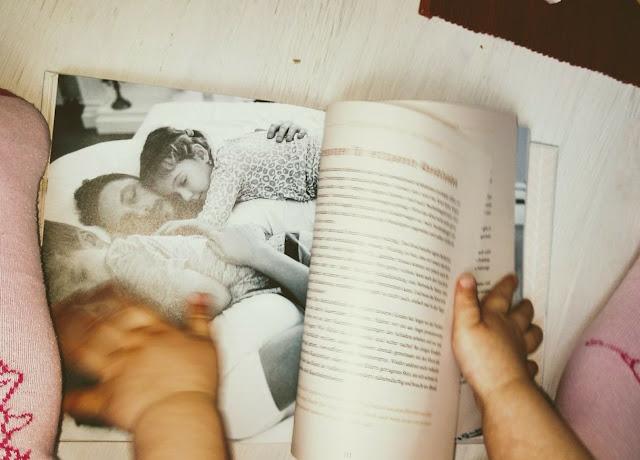 Das Herbstmädchen blättert in Susanne Mieraus neuem Buch