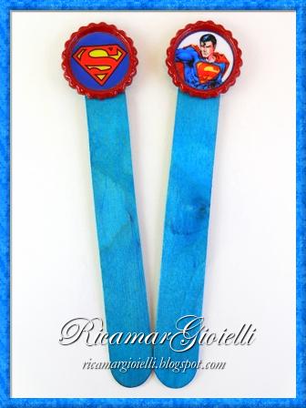 Portachiavi e segnalibri di Superman realizzati con tappi di bottiglia