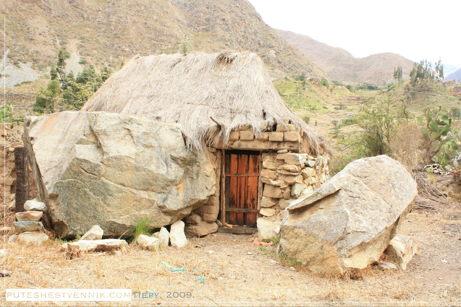 Дом из камней и большие камни