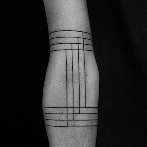 Uma série de sobreposição, preto, horizontais, verticais e cria um simples, mas envolvente peça em que o portador do antebraço nesta peça.