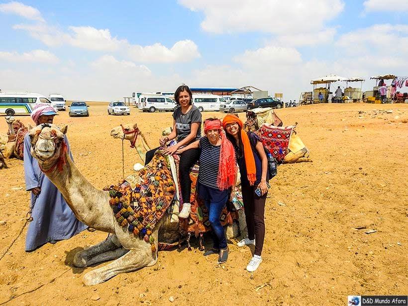 Passeio de camelo no complexo de Gizé - Pirâmides do Egito: saiba como visitar