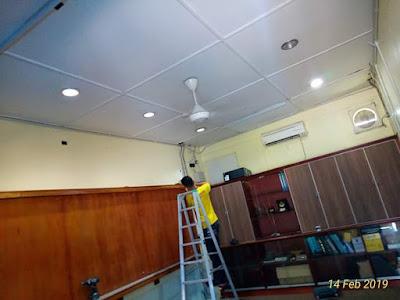 Kerja pembersihan sebelum kerja pemasangan plaster siling dan wiring lampu pejabat