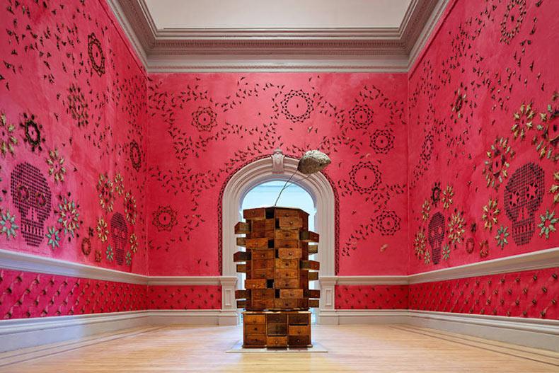 Galería llenado con patrones de 5000 insectos exóticos sobre las paredes