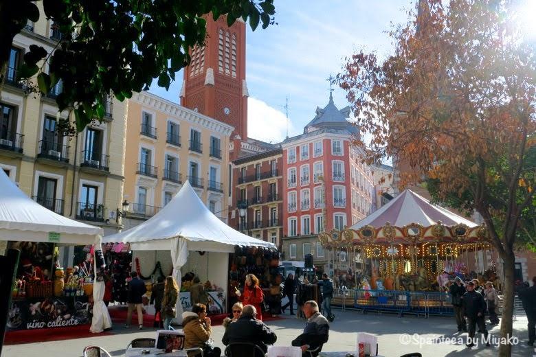 マドリード旧市街の小さな広場に設置されたメリーゴーランド
