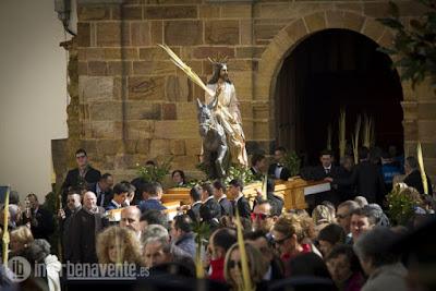 http://interbenavente.es/not/15890/los-ninos-con-palmas-reciben-a-jesus-en-la-borriquita/